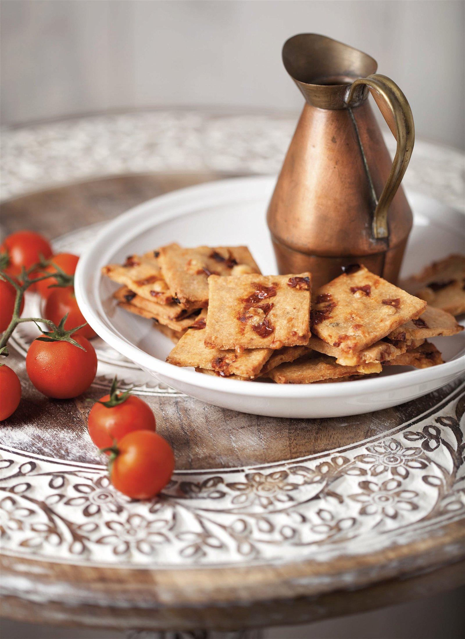 Crackers au parmesan et tomates confites