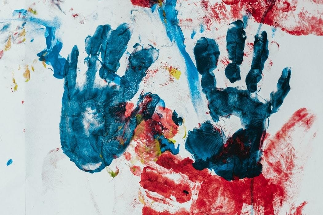 empreinte de main avec peinture